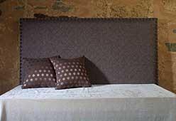 Cabecero liso tapizado con tachuelas
