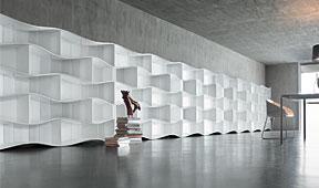 Librería onda horizontal con baldas en cristal transparente