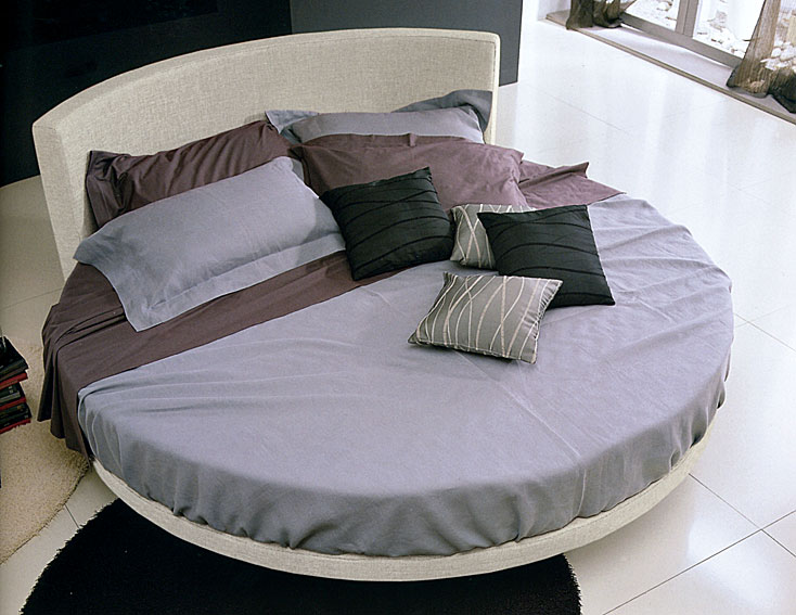 cama redonda tapizada otelo en