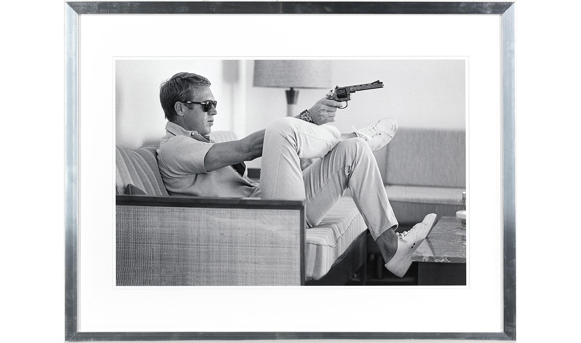 Cuadro Steve McQueen apuntando marco en aluminio en Portobellostreet.es