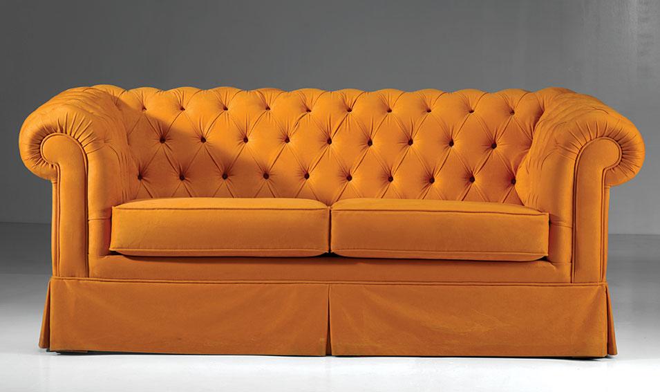 Sof chester con fald n en for Sofas tapizados clasicos